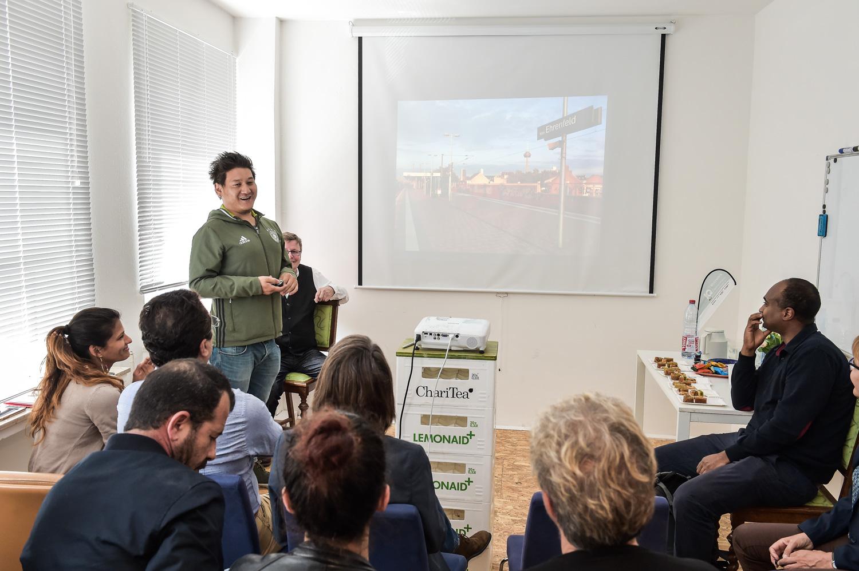 Foto: Teki Z. präsentiert seine Gründungsidee