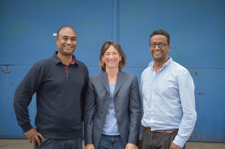 Foto: Amanuel Amare (l.) und Abraham Nida  (Migrafrica) gemeinsam mit Julia Siebert