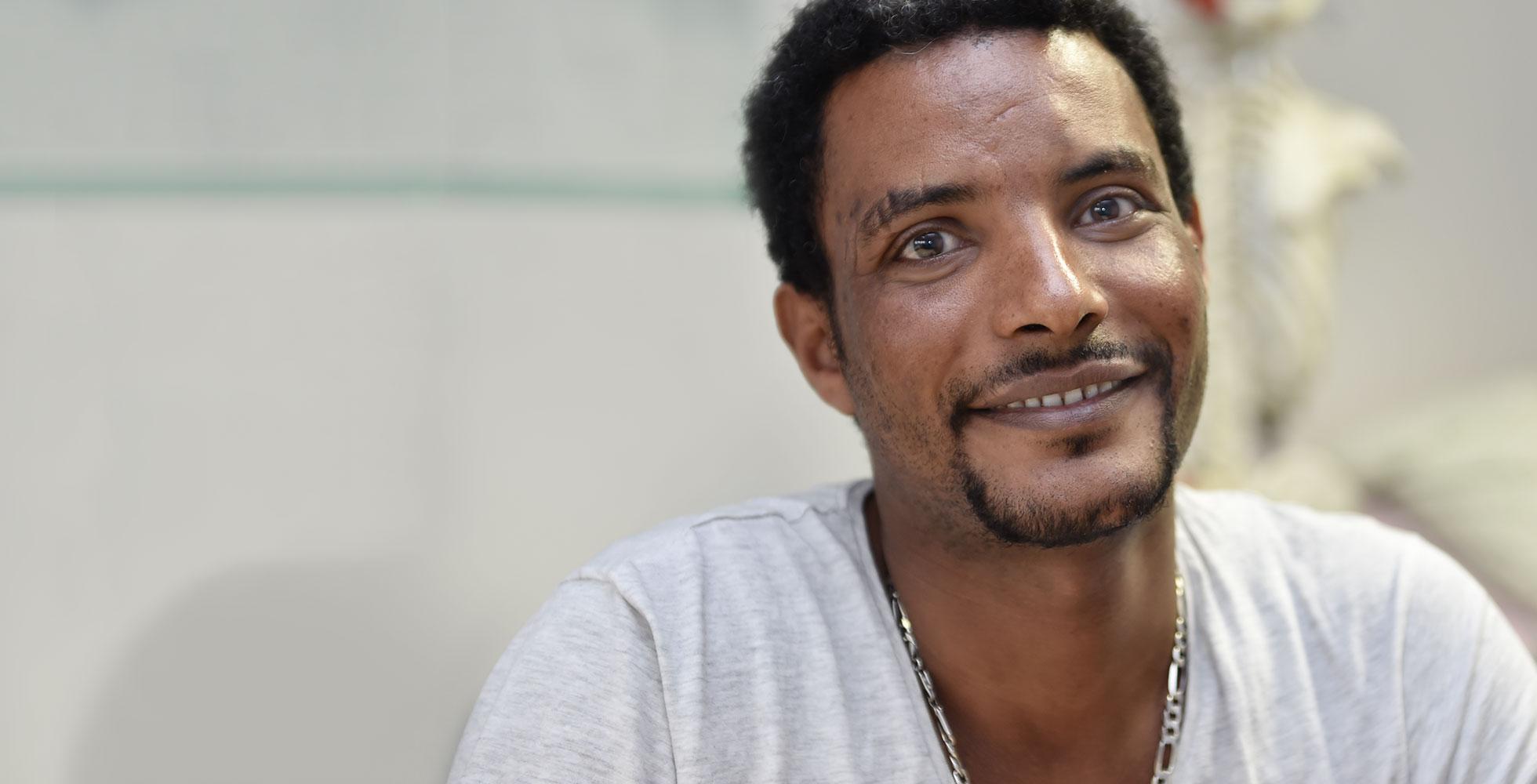 Das Bild zeigt Yacob D. aus Eritrea, Teilnehmer an einer Qualifizierung für Geflüchtete im Bereich Pflege des IQ Teilprojektes der LGH